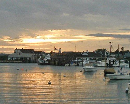 Lake view of Briarwood resorts alongside boats at dusk.