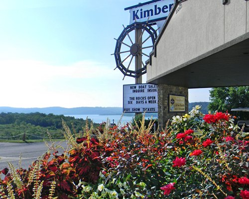 Sign of Kimberly Inn resort alongside lake view.
