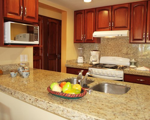 A well equipped with kitchen with breakfast bar.