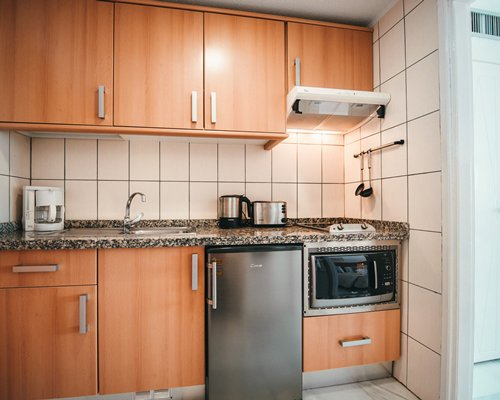 A well equipped modular kitchen.