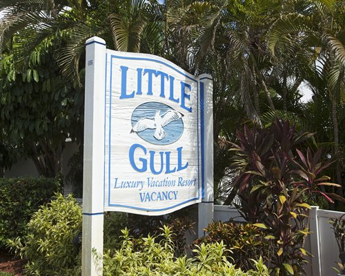 A signboard of the Little Gull Resort.