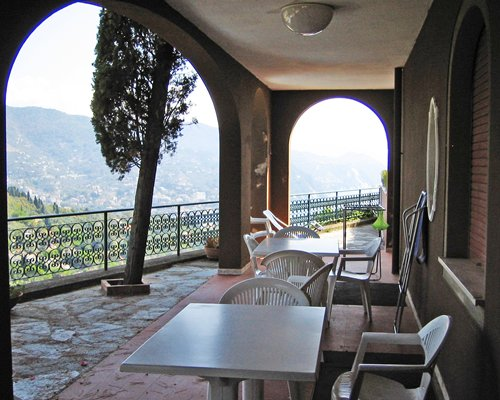 A balcony with patio furniture and a view of the mountain.