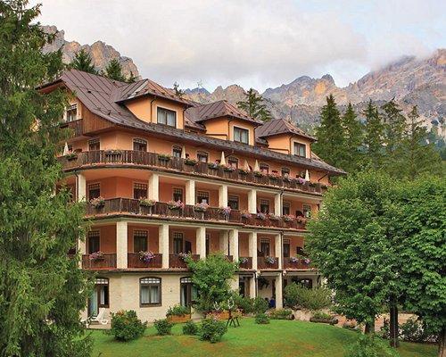 Scenic exterior view of the Sporting Hotel Villa Blu.