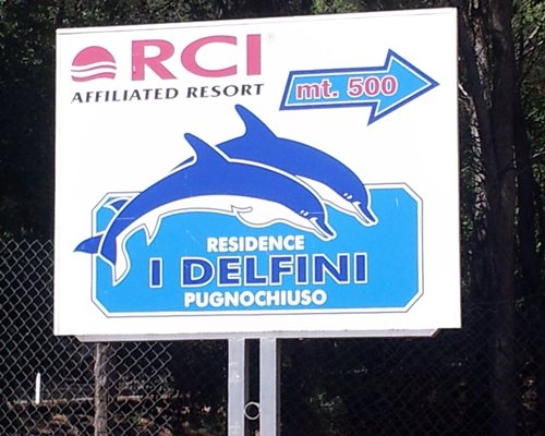 A signboard shows the way of the dolphin house.