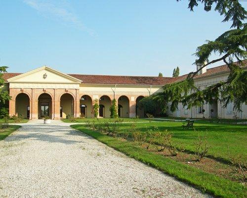 A scenic pathway leading to Le Barchesse Di Villa Corner.