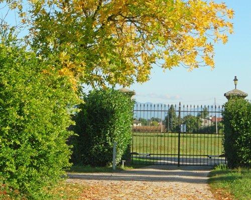 Pathway to Le Barchesse Di Villa Corner.