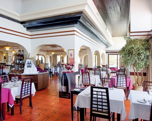 An indoor restaurant and bar at Roca Mar Sports and Country Club.