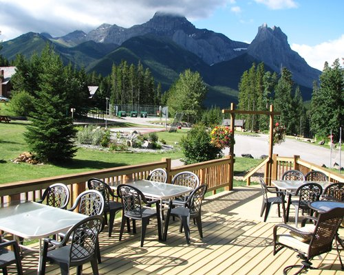 An outdoor restaurant at Banff Gate Mountain Resort.