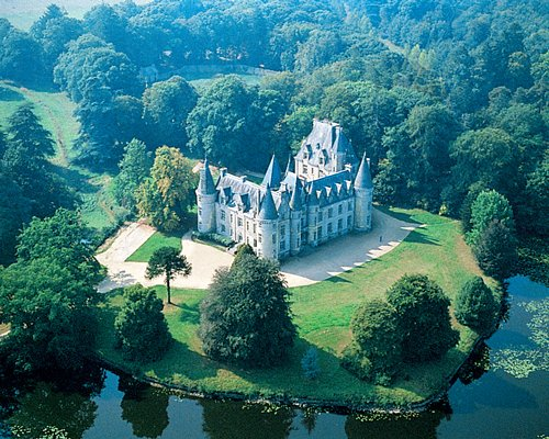 An aerial view of the Chateau Country Club de Tredion alongside the lake.