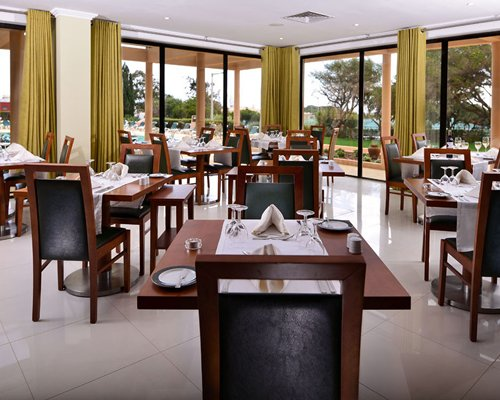 A well furnished indoor restaurant at Hotel Ap. Vila Gale Atlantico.