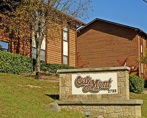 Signboard of the Oakmont Resort.