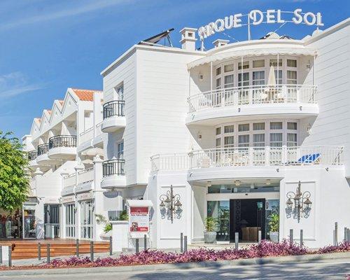 A street view of the Parque del Sol Beach Club.