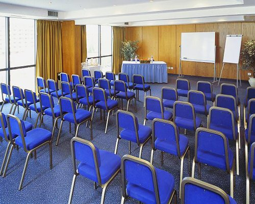 A well furnished indoor conference hall.