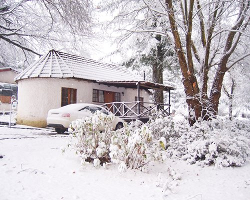 Exterior view of a unit at Kings Lodge Hotel during winter.