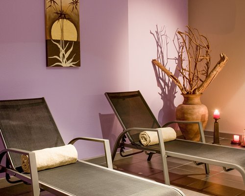 A well furnished indoor recreational room with lounge chairs.