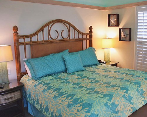A well furnished bed room with queen bed.