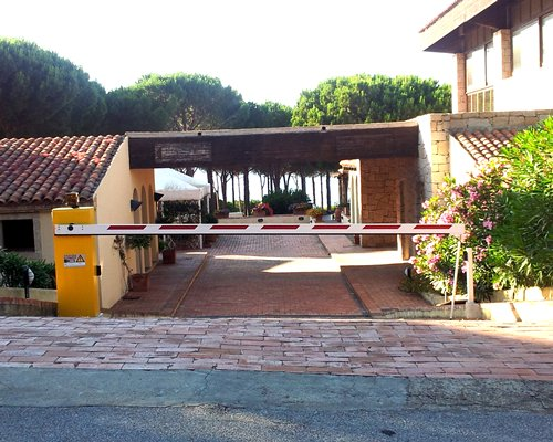 Entrance to Hotel Residence Porto Piccolo with grade crossing.