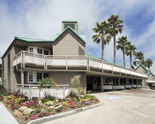 A street view of the WorldMark Pismo Beach resort alongside a parking lot.