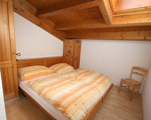 A bedroom with two twin beds.