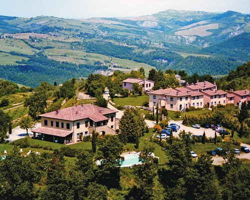 Exterior view of Il Poggio alongside mountains.