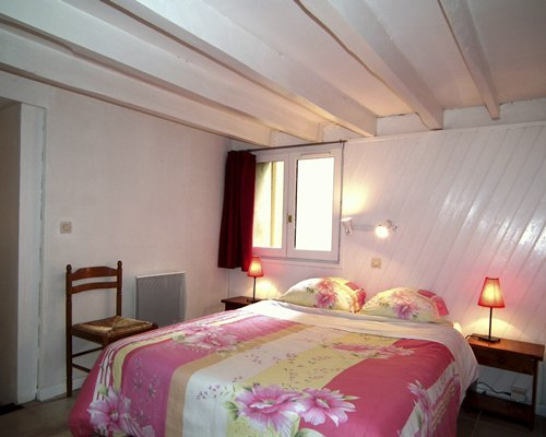 Furnished bedroom with a single bed.
