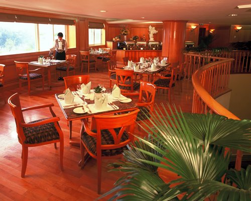 Indoor restaurant at Paradise Hill Hotel Zhuhai.
