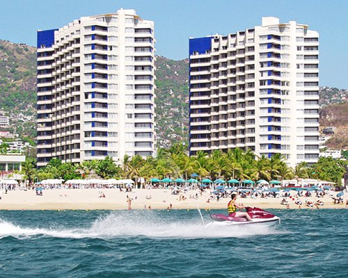 Beach view of Plaza Hotel Club At Acapulco Playa Suites.