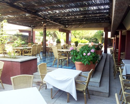 Outdoor restaurant at Le Ginestre  Cugnana Verde.