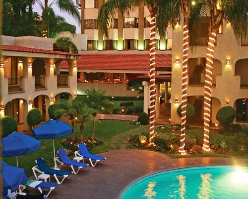 The Hotel & Suites Guadalajara Plaza Lopez Mateos outdoor pool and lounge area.