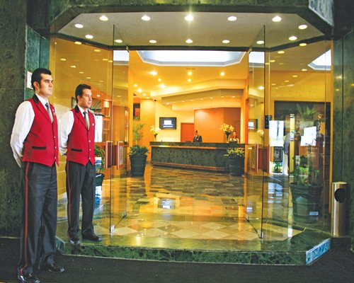 Entrance to the reception at Hotel & Suites Guadalajara Plaza Lopez Mateos.