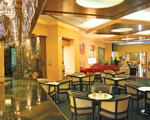 Lounge area at Hotel & Suites Guadalajara Plaza Lopez Mateos.