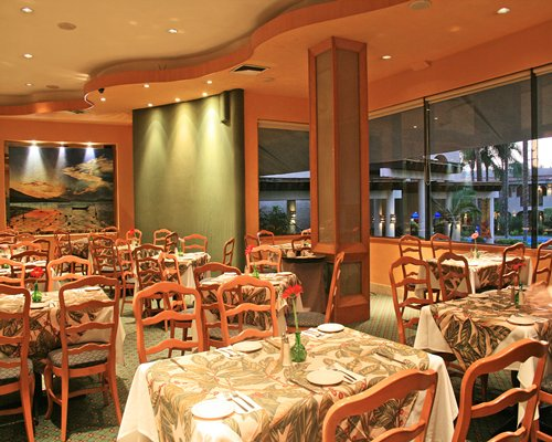 Indoor restaurant at Hotel & Suites Guadalajara Plaza Lopez Mateos.
