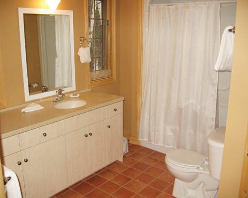 A bathroom with a sink vanity.