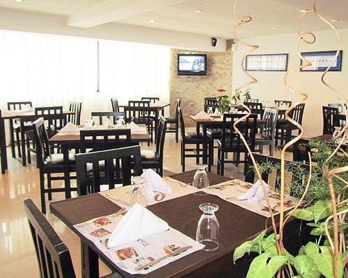 A restaurant with a television at Conjunto Turistico Vacacional Cordillera.