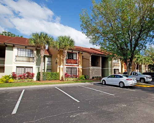 Scenic exterior view of Legacy Vacation Club Lake Buena Vista with a parking lot.