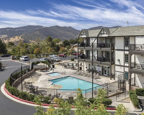 WorldMark Solvang's outdoor swimming pool and hot tub.
