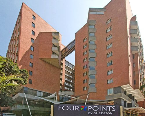 A ground view of the multi story Hotel Four Points By Sheraton Cali.
