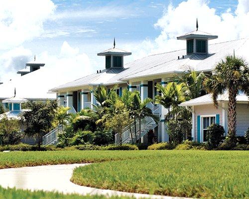 An exterior view of Greenlinks Golf Resort.