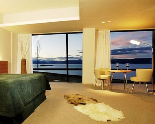 A well furnished bedroom with the lake view.