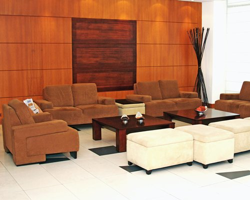 Lounge area at Howard Johnson Hotel La Carolina.