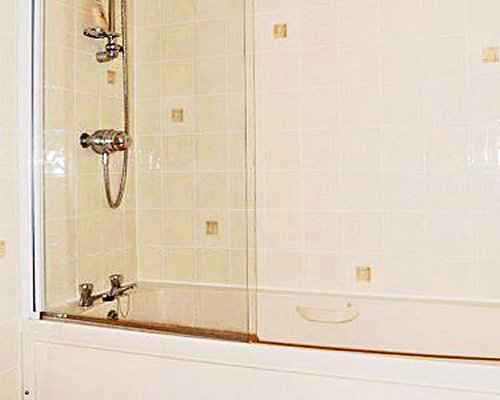 A bathroom with a bathtub.