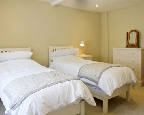 A bedroom with twin beds.