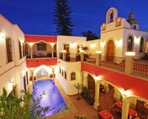 Exterior view of Circuito Guadalajara Tequila Sayula with an outdoor restaurant and swimming pool.